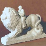 Lettore su leone, marmo, 2001